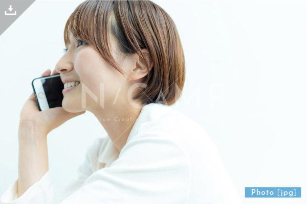 スマホで電話をする女性