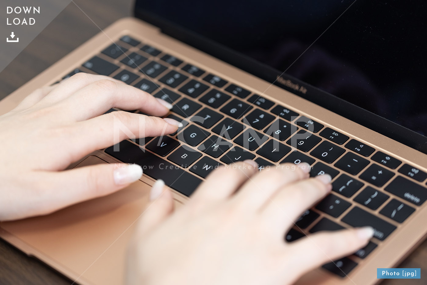 Mac・パソコンを操作する女性手元