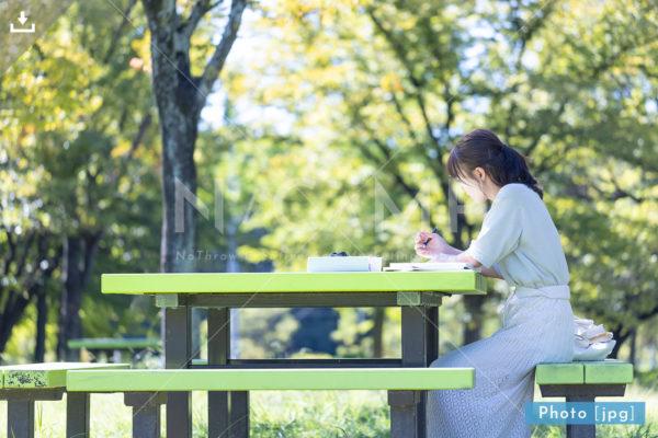 勉強する大学生 女性