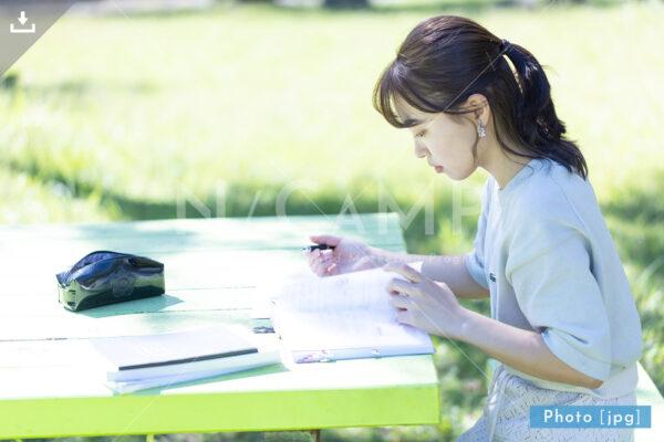 N_001015_0114_公園で勉強する大学生