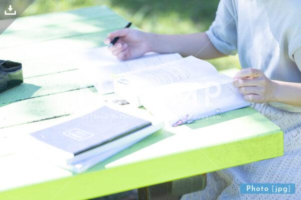N_001015_0119_公園で勉強する大学生