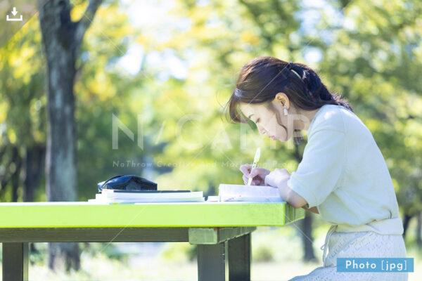 N_001015_0126_公園で勉強する大学生