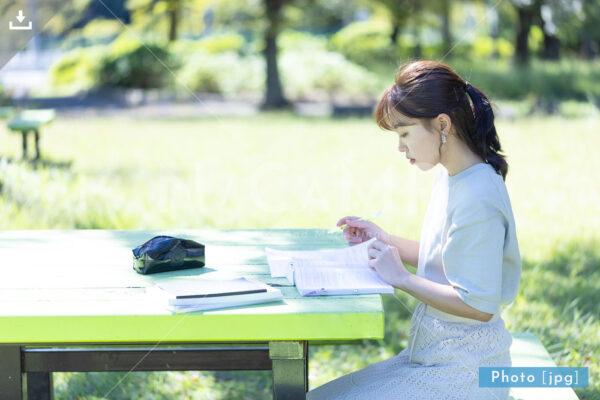 N_001015_0136_公園で勉強する大学生