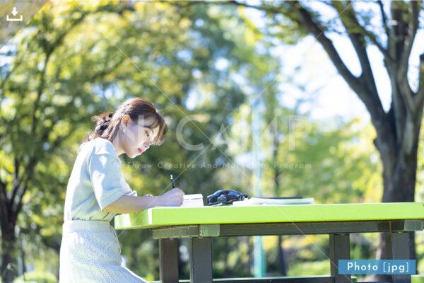 N_001015_0174_公園で勉強する大学生