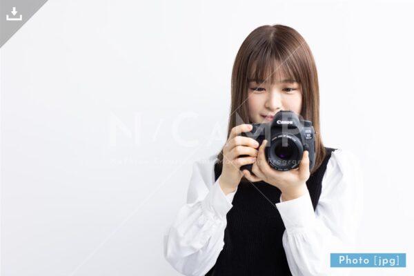 【写真素材】一眼レフで撮影する日本人女性1 - Lサイズ:4000 × 2668px (300dpi) [33.87cm × 22.59cm] - ロイヤリティフリー素材