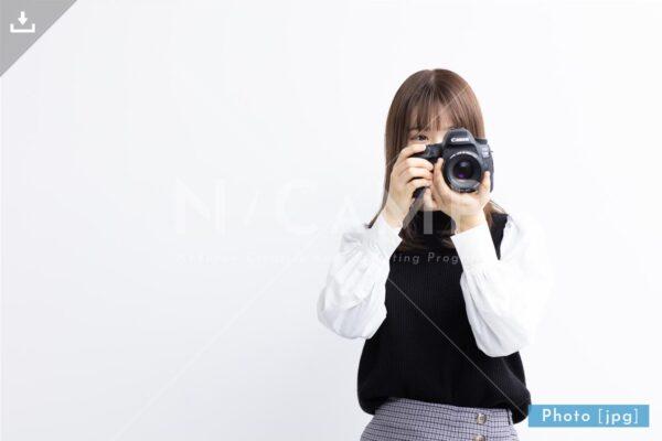 【写真素材】一眼レフで撮影する日本人女性3 - Lサイズ:4000 × 2668px (300dpi) [33.87cm × 22.59cm] - ロイヤリティフリー素材
