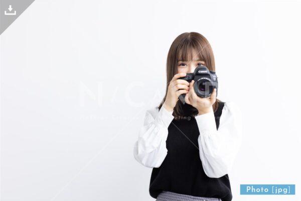 【写真素材】一眼レフで撮影する日本人女性4 - Lサイズ:4000 × 2668px (300dpi) [33.87cm × 22.59cm] - ロイヤリティフリー素材