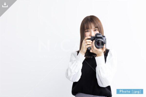 【写真素材】一眼レフで撮影する日本人女性5 - Lサイズ:4000 × 2668px (300dpi) [33.87cm × 22.59cm] - ロイヤリティフリー素材